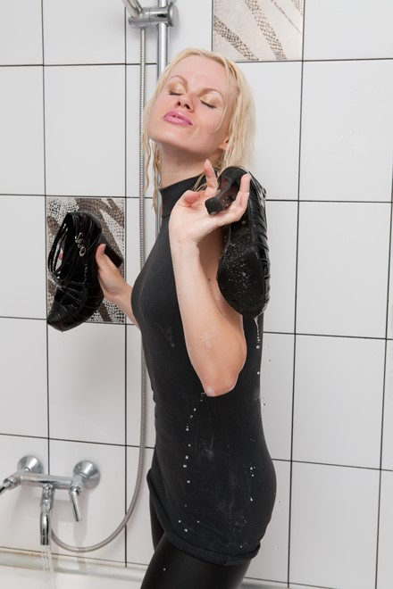 wet girl get wet wet hair fully clothed coat leggings gloves tights high heels t-shirt bath