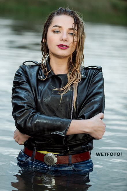 wetfoto wetlook girl get wet clothed high waisted blue jeans yellow t shirt