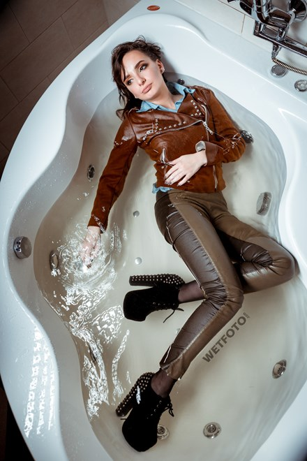 wetfoto wetlook young lady get wet in bath fully clothed