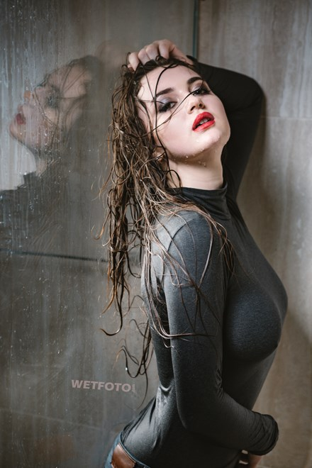 wetlook girl wet skinny jeans pantyhose takes shower wetfoto