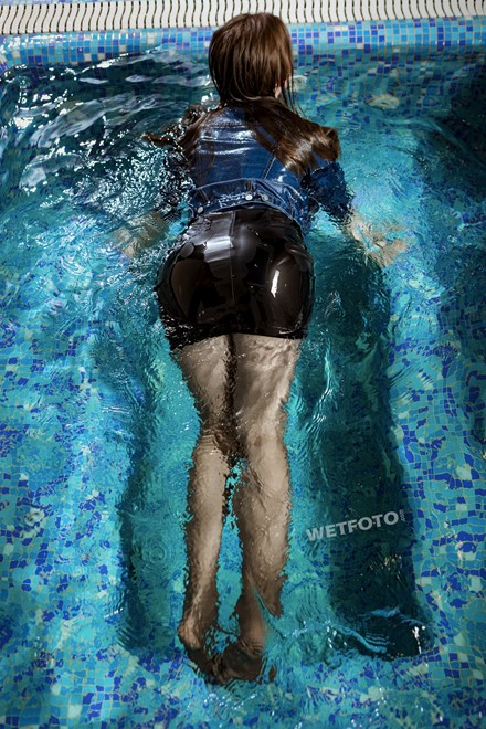 wetfoto wetlook undewater swimming clothed girl in ripped tights