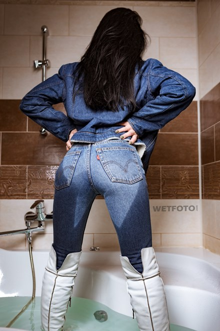 wetfoto wetlook fully clothed girl take bath wearing levis jeans