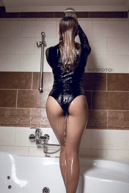 wetfoto wetlook fully clothed lady sexy outfit got soaking wet bath