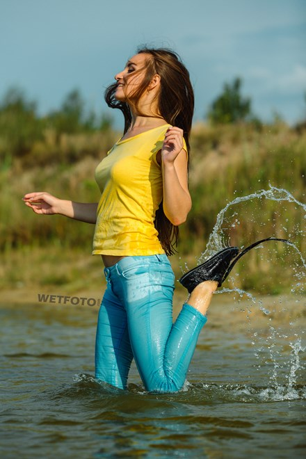wetfoto wetlook girl skinny jeans t shirt gets soaking wet lake
