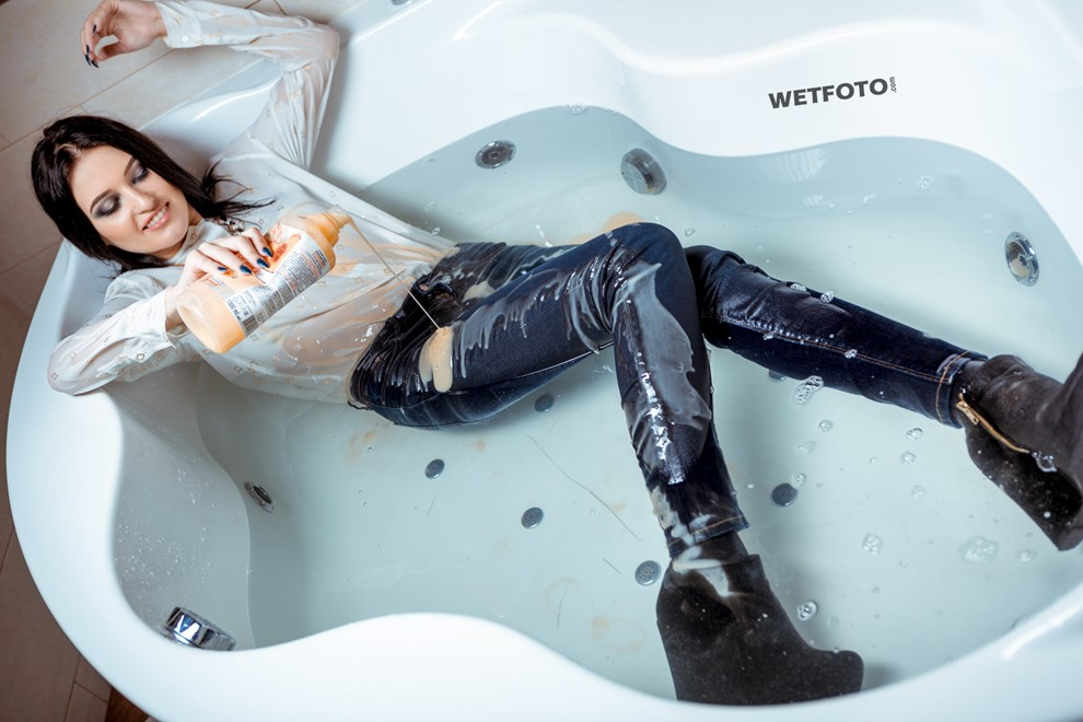 wetfoto wetlook girl get wet fully clothed water bathroom jeans shoes