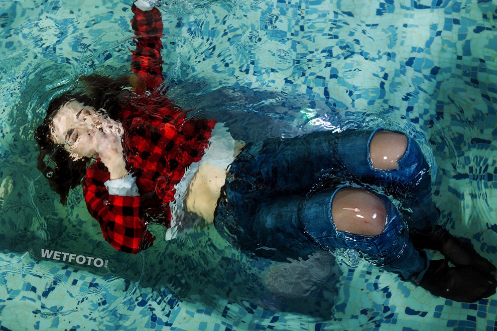wetfoto wetlook underwater diving fully clothed girl skinny jeans