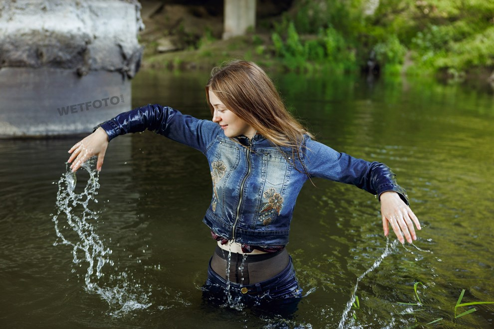 wetfoto wetlook fully clothed girl tight jeans get wet water