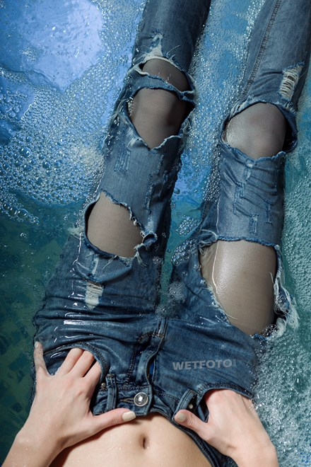 wetfoto wetlook relaxation girl ripped jeans gray tights jacuzzi