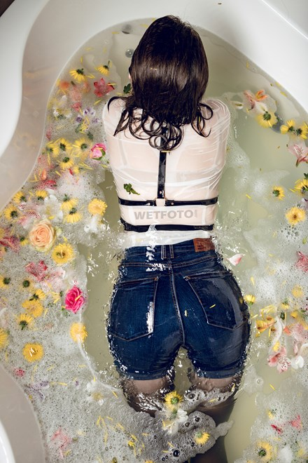 wetfoto wetlook girl tight shorts pantyhose take bath filled with flowers