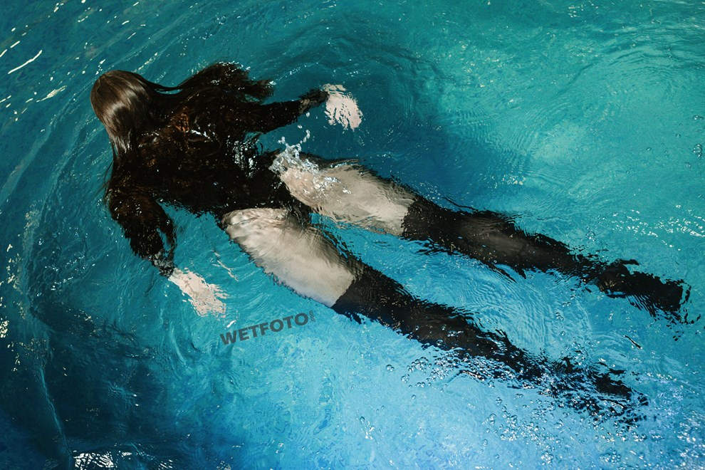 wetfoto wetlook underwater shooting with fully clothed girl pool