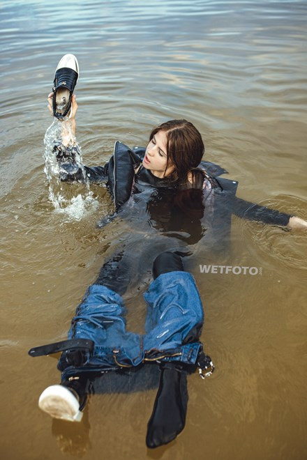 wetfoto double jeans wetlook completely wet girl swimming