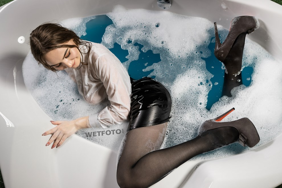 wetfoto wetlook business girl tight skirt pantyhose in bath