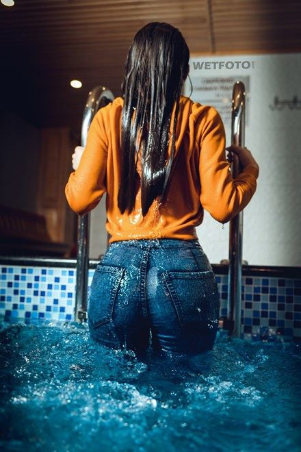 wetfoto wetlook girl soaking wet sweater skinny jeans