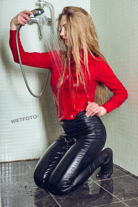wetfoto wetlook fully clothed girl in jeans takes shower