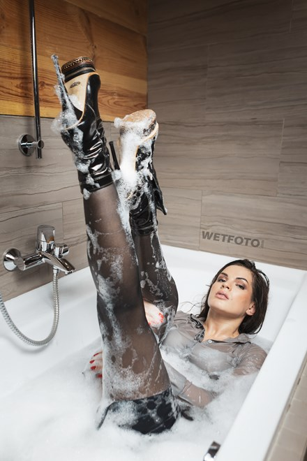 wetfoto fully clothed girl wetlook in bath shower