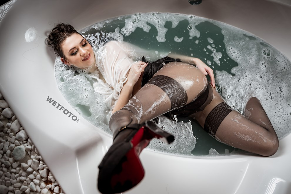 pantyhose wetlook girl bath wetfoto